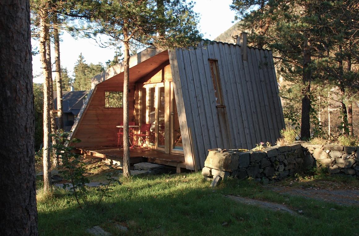 Bruket arkitektur AS  Lite hus i hagen